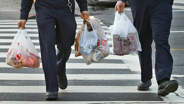 Firemen carry plastic grocery bags as they return to their station in San Francisco, California, in this file photo taken January 26, 2005. Prospects grew for a proposed California ban on plastic grocery bags on Thursday as the state Assembly broadly approved the prohibition after an earlier vote failed to garner enough support in the face of opposition from bag manufacturers.   REUTERS/Kimberly White/Files    (UNITED STATES - Tags: ENVIRONMENT POLITICS BUSINESS)