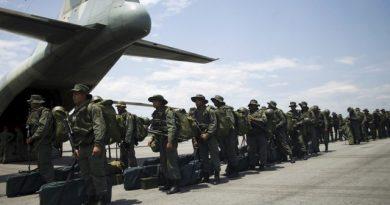 Imagen de archivo de soldados a su llegada al aeropuerto La Fría en Táchira, Venezuela, ago 31, 2015. REUTERS/Carlos Eduardo Ramirez