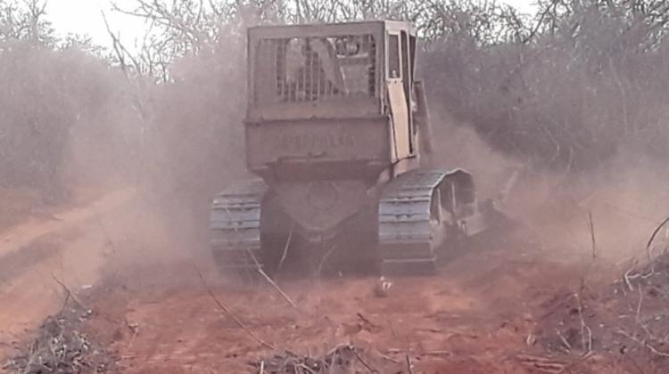 tractor ayuda a colonos